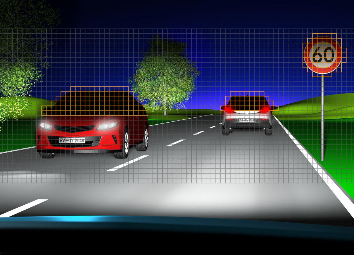 Die Eviyos leuchtet die Umgebung in Fernlichtqualität aus und vermeidet gleichzeitig die Blendung anderer Verkehrsteilnehmer ebenso wie die Eigenblendung, beispielsweise durch Verkehrszeichen.
