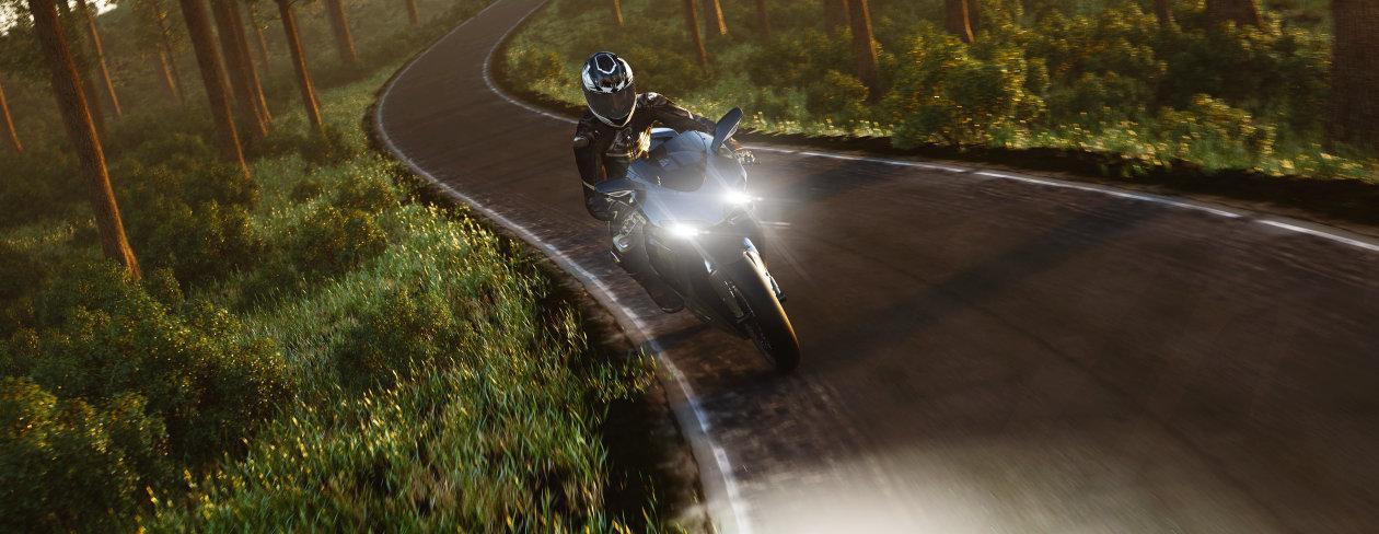Motorradfahrer mit stylishen Scheinwerferlampen