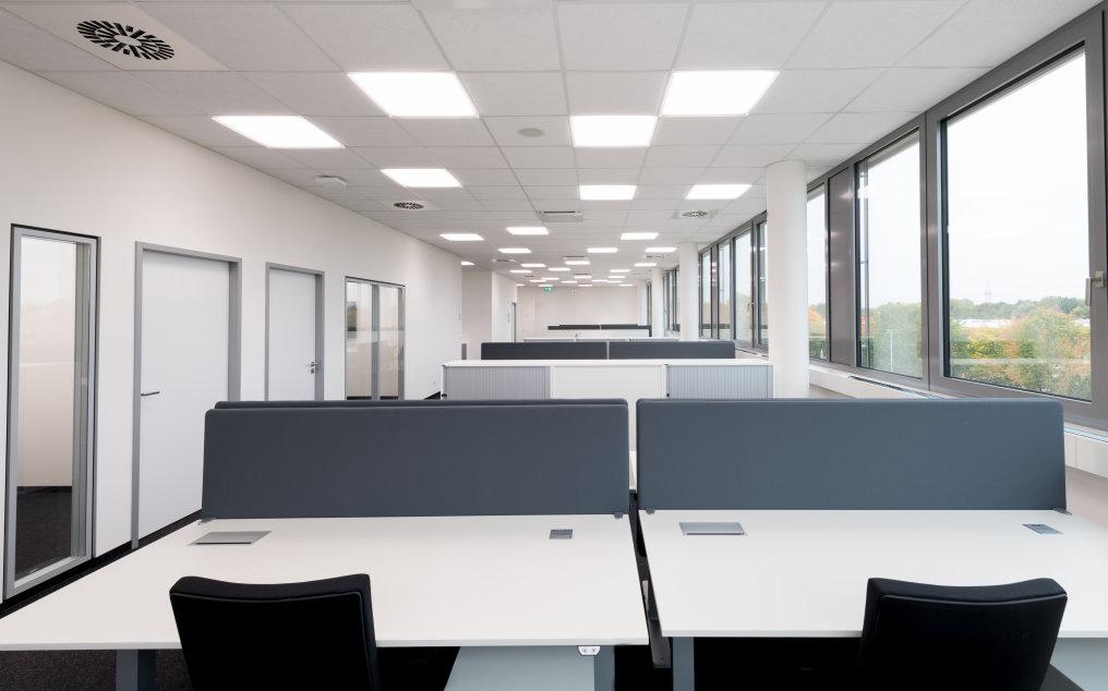 Das zukunftsweisende Human Centric Lighting Konzept stimmt die Beleuchtung auf die Lichtbedürfnisse des menschlichen Biorhythmus ab und verbessert die Arbeitsbedingungen.