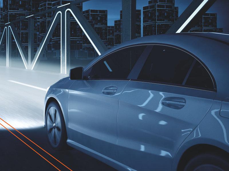 Fahrzeug mit langem, hellem Scheinwerferstrahl